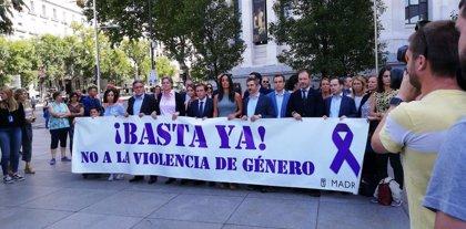 Almeida se enfrenta a Vox por presentarse en el minuto de silencio con una pancarta que niega la violencia machista