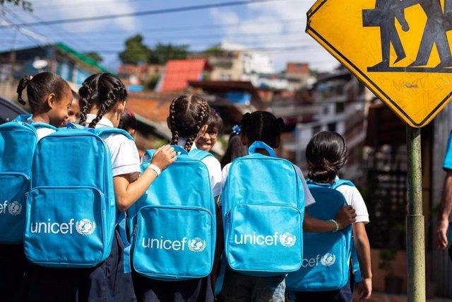 Niños reciben mochilas de UNICEF en Venezuela