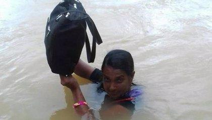 Llueva o haga calor, nada impide a esta profesora de 49 años atravesar el río cada día para ir a su escuela
