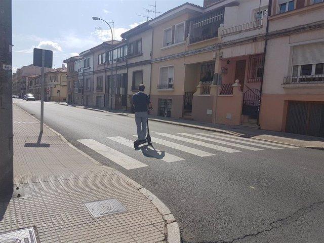 Un usuario de VMP por una de las calles de León.