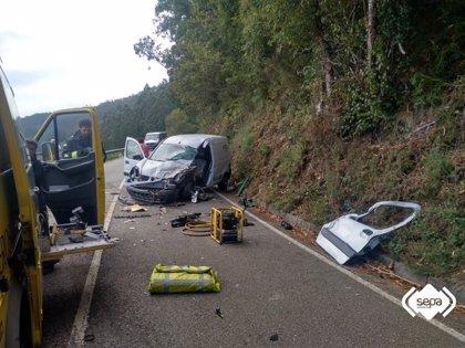 Un herido tras colisionar una furgoneta con un minibús en El Franco (Asturias)