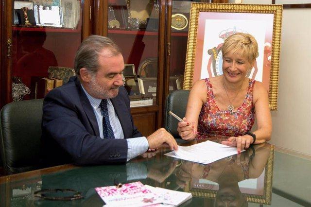 El decano del Colegio de Abogados de Sevilla, Óscar Cisneros, firma el convenio de colaboración con Amama