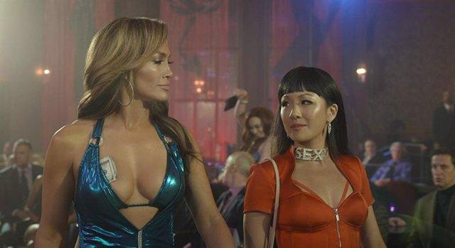 Jennifer Lopez y Constance Wu en The Hustlers