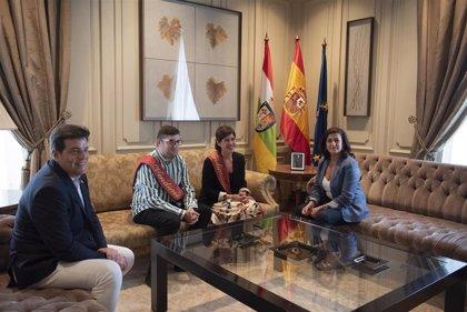 Concha Andreu recibe a los Vendimiadores de las Fiestas de San Mateo