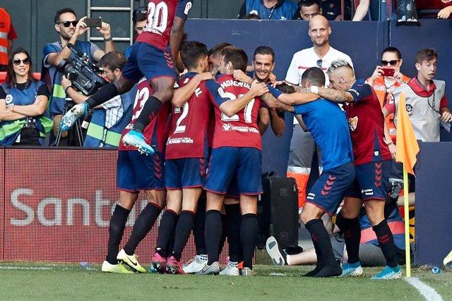 Los jugadores de Osasuna celebran uno de los goles de Roberto Torres en el Osasuna-FC Barcelona