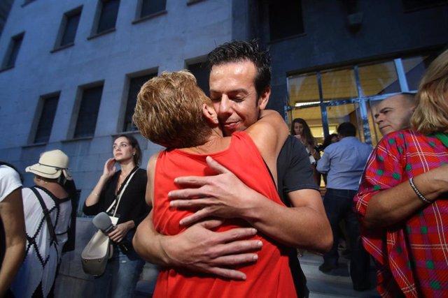 Angel Cruz, padre del Gabriel se abraza emocionado  a la salida de la Audiencia Provincial de Almería,