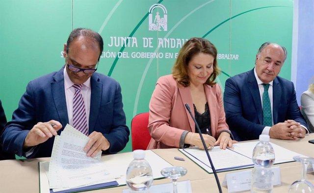 Firma del convenio entre la Junta y Ocean Cleaner Technology para combatir el alga asiática