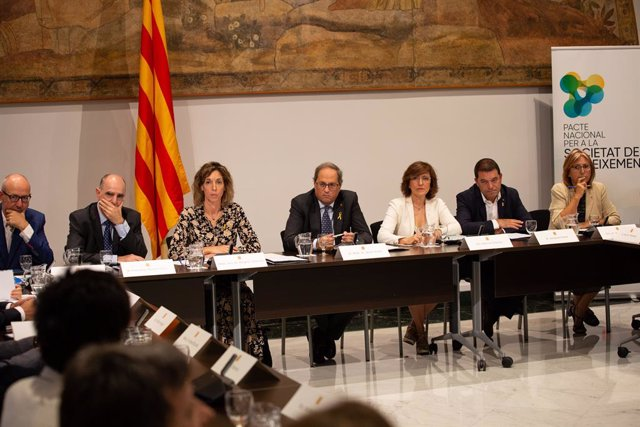 El secretari d'Universitats i Recerca, Francisco Javier Grau (2i),  la consellera d'empresa i Coneixement de la Generalitat, Àngeles Chacón (3i), el president de la Generalitat, Quim Torra (4i), la directora general de Planificació en l'ámbit
