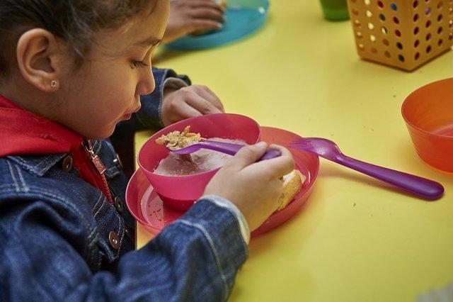 Kellogg sirve desayunos a niños a través de su programa solidario 'Todos a desayunar'