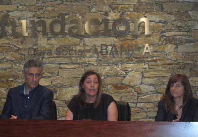 O profesor da UB Josep Serra, a presidenta de Agadix, Esther López,  e a súa homóloga en Dislecan, Anita Pestana.