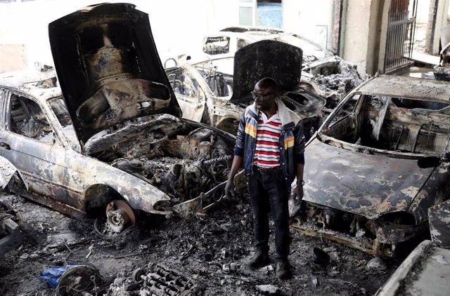 Emprendedor nigeriano en Sudáfrica en su negocio destruído en un ataque xenófobo