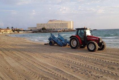 Las playas mediterráneas de La Manga abren tras retirarse los atunes y disipar el mal olor
