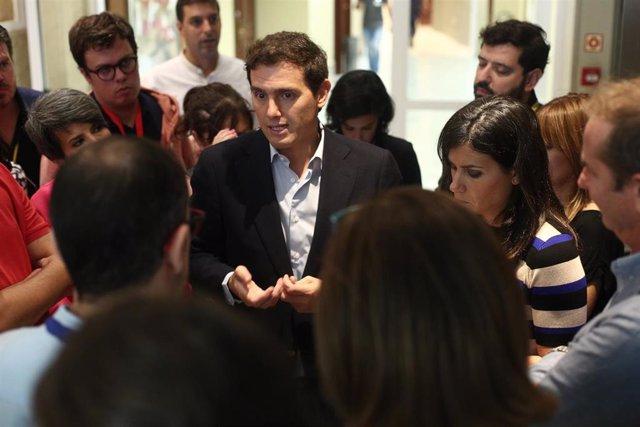 El presidente de Ciudadanos, Albert Rivera, atiende a los medios de comunicación en los pasillos del Congreso, durante la  sesión de control al Gobierno en funciones un día después de conocerse la casi plena seguridad de unas elecciones el 10 de noviemb