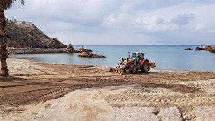 Las brigadas municipales trabajan para devolver la normalidad a las playas cartageneras