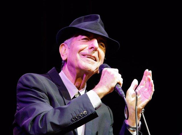 El cantautor y poeta canadiense Leonard Cohen ha fallecido este jueves a los 82 años de edad, según un breve comunicado publicado en su página en Facebook. El mensaje también anuncia que se celebrará un homenaje en Los Ángeles, en una fecha aún por det