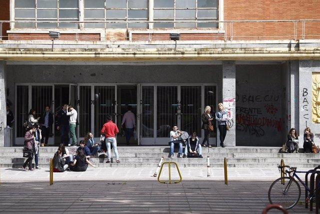 Estudiantes en la puerta de una facultad de la Universidad Complutense de Madrid.