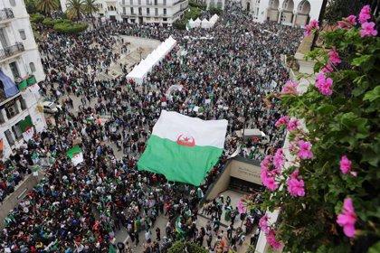 Decenas de miles de personas protestan contra la convocatoria de presidenciales en Argelia