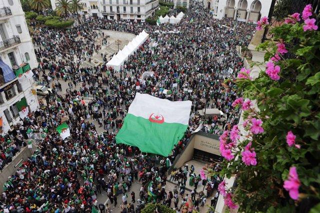 Argelia.- Decenas de miles de personas protestan contra la convocatoria de presi