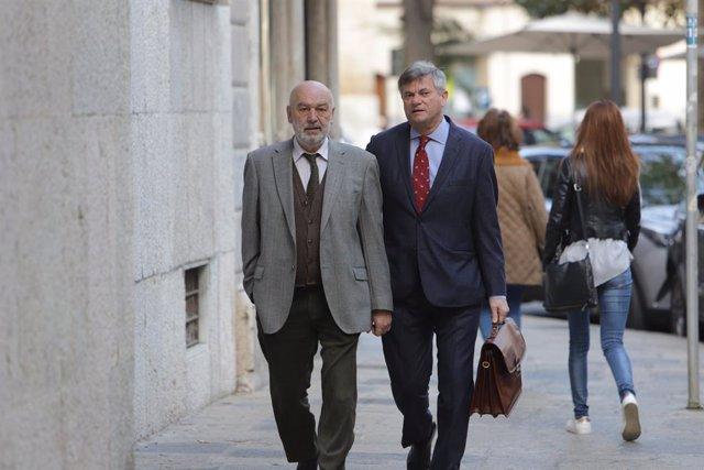 El jutge que instruïx el 'cas Cursach', Miguel Florit (i), en la seua arribada als jutjats per a declarar per la confiscació i el rastreig de mòbils de periodistes que cobrien la macrocausa de corrupció policial.