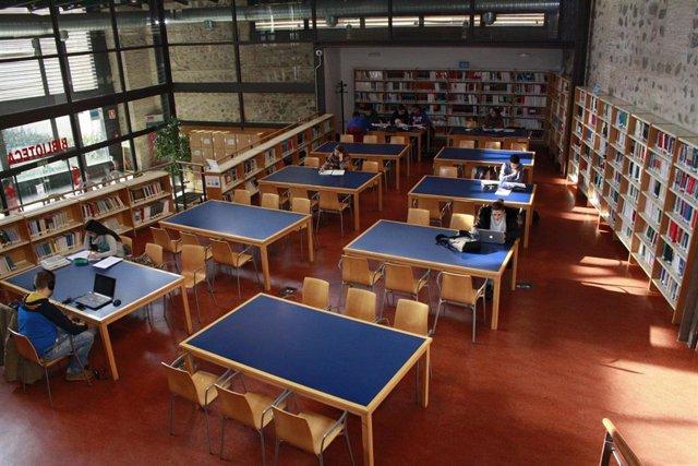 Estudiantes en una biblioteca universitaria.