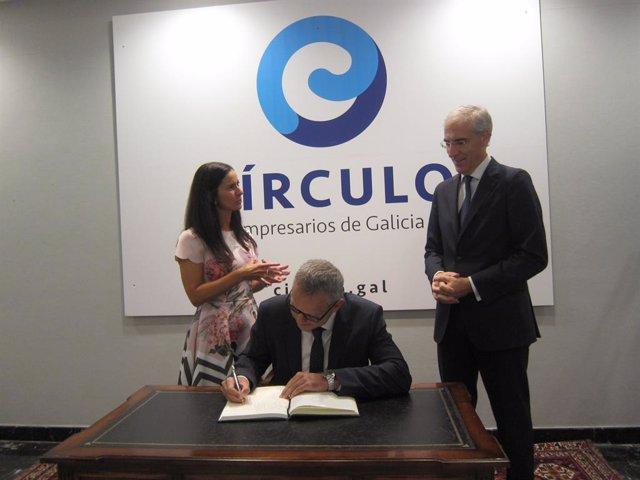 El director de la planta de PSA en Vigo, Ignacio Bueno, ha firmado en el libro de honor del Círculo de Empresarios antes de participar en la tribuna