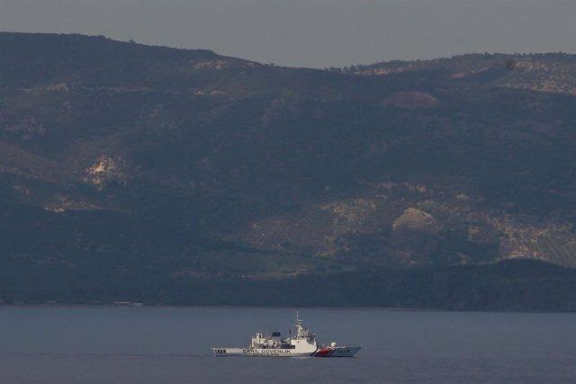 Imagen de archivo de un barco de la Guardia Costera turca patrullando para rescatar a migrantes