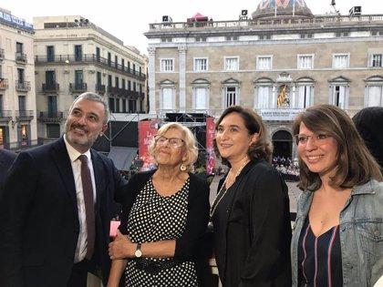 """La plaza Sant Jaume recibe a Carmena y Colau con gritos de """"Llibertat, presos polítics"""""""