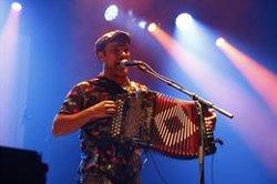 Joan Garriga lidera la nit més festiva del Mercat de Música Viva de Vic i convida la plaça Major a ballar la seva rúmbia (ACN)