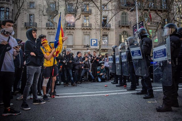 Manifestantes y antidisturbios de Mossos d'Esquadra, en una imagen de archivo.