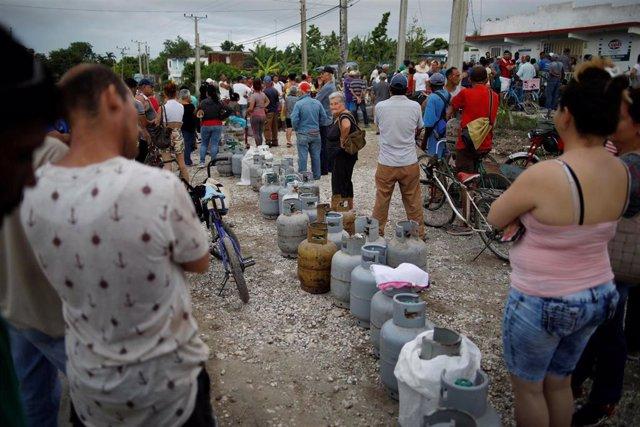 Personas esperan para comprar gas para cocinar en Cuba