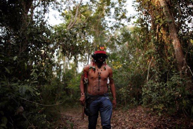 Un indio guajajara 'guardían de la selva' en el Amazonas