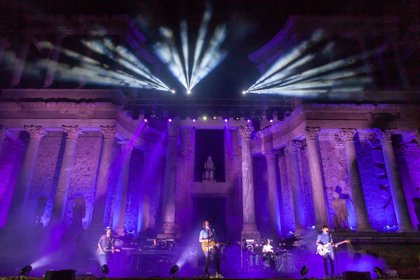 Izal se suma a la noche contra los asesinatos machistas en un Teatro Romano de Mérida iluminado de violeta