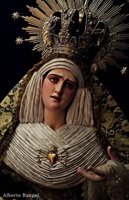 Nuestra Madre y Señora de los Dolores con el broche de oro sustraído