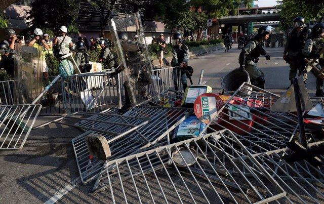 Agentes desmantelan una barricada durante una protesta antigubernamental en Hong Kong