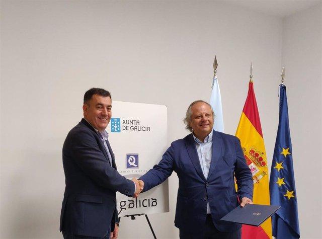 Firma del acuerdo entre el conselleiro de Cultura e Turismo, Román Rodríguez, y  el presidente del Instituto por la Calidad Turística Española, Miguel Mirones
