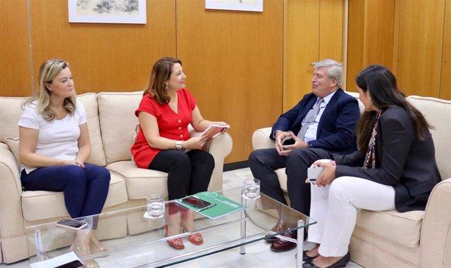 La consejera de Agricultura, Ganadería, Pesca y Desarrollo Sostenible, Carmen Crespo, con el presidente de la Asociación Empresarial para la Protección de las Plantas (Aepla), Manuel Melgarejo