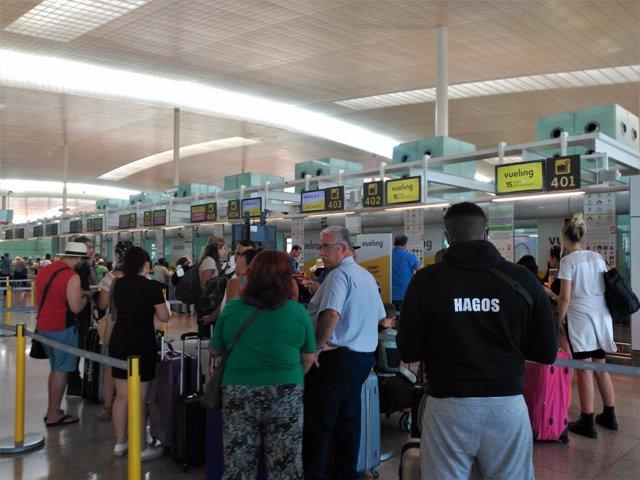 Passatgers en l'Aeroport de Barcelona. Foto d'arxiu