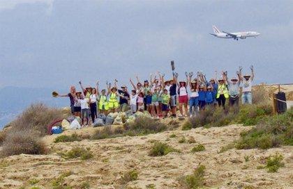 Air Europa y el Ayuntamiento de Palma recogen más de 60 kilos de residuos en la playa de Es Carnatge