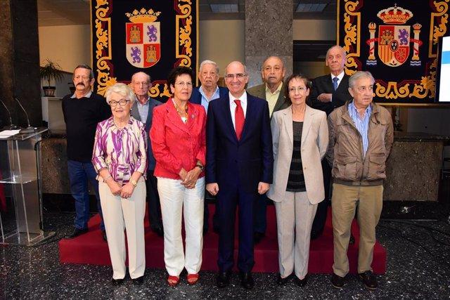 Iglesias, en el centro de la imagen, junto a los alcaldes y alcaldesas homenajeados en el Día de la Provincia