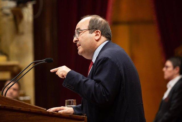 El primer secretario del PSC, Miquel Iceta, interviene desde la tribuna en una sesión del Parlamento de Cataluña. Foto de archivo