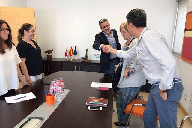 Zuloaga junto con la secretaria general del sidnicato TU, Isabel Rodriguez, acompañados por los miembros de dicha organización, Franciso Sierra, Maria Cruz Fuentes y Marta Trujillano