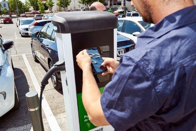 Punto de recarga de vehículo eléctrico en la localidad de Rivas.