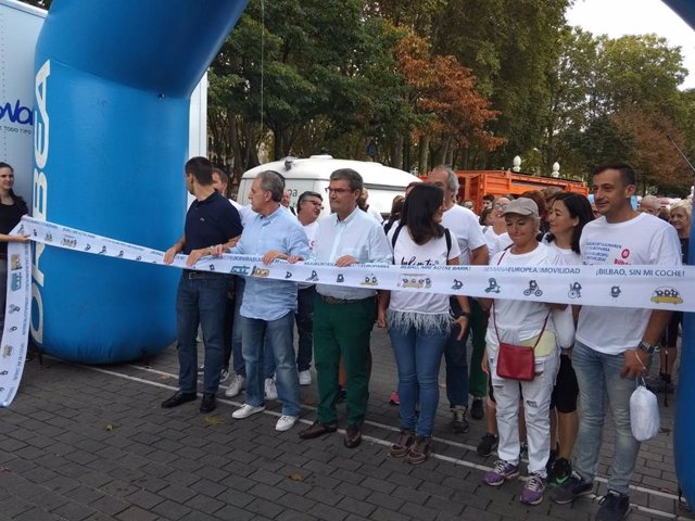 El alcalde de Bilbao, Juan Mari Aburto, el concejal de Movilidad y Sostenibilidad, Alfonso Gil, y el diputado de Transportes y Movilidad Sostenible, participan en la 'Marcha de los 10.000 pasos'