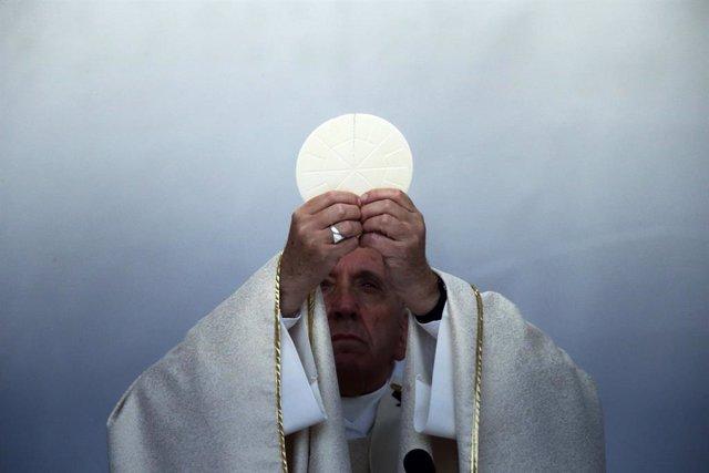 """El Papa dice que el dinero puede """"crear divisiones"""" e invita a la Iglesia a most"""