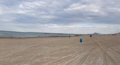 Dos personas mueren ahogadas en una sola mañana en la playa de Oliva y una tercera es rescatada con vida