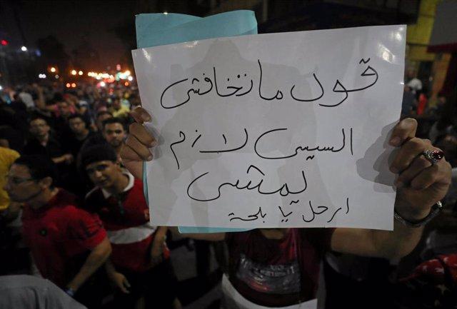 """Pancarta en una manifestación en El Cairo con la consigna """"No temas... Di que Al Sisi tiene que irse"""""""