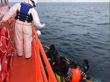 Rescatan a dos migrantes de un kayak gracias al aviso de un barco mercante en el Estrecho