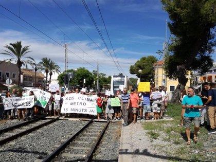 Vecinos de La Canyada cortan las vías de metro para pedir una frecuencia de paso de 15 minutos en la línea 2
