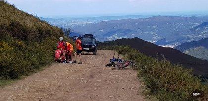 Sucesos.- Un ciclista resulta herido tras sufrir una caída en la ruta de la vía La Carisa, en Lena