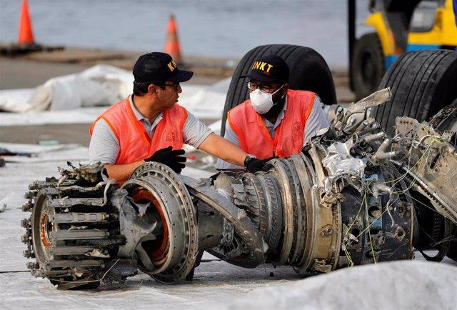 Técnicos de la Comisión de Investigación Aérea de Indonesia KNKT analizan un motor del avión de Lion Air siniestrado